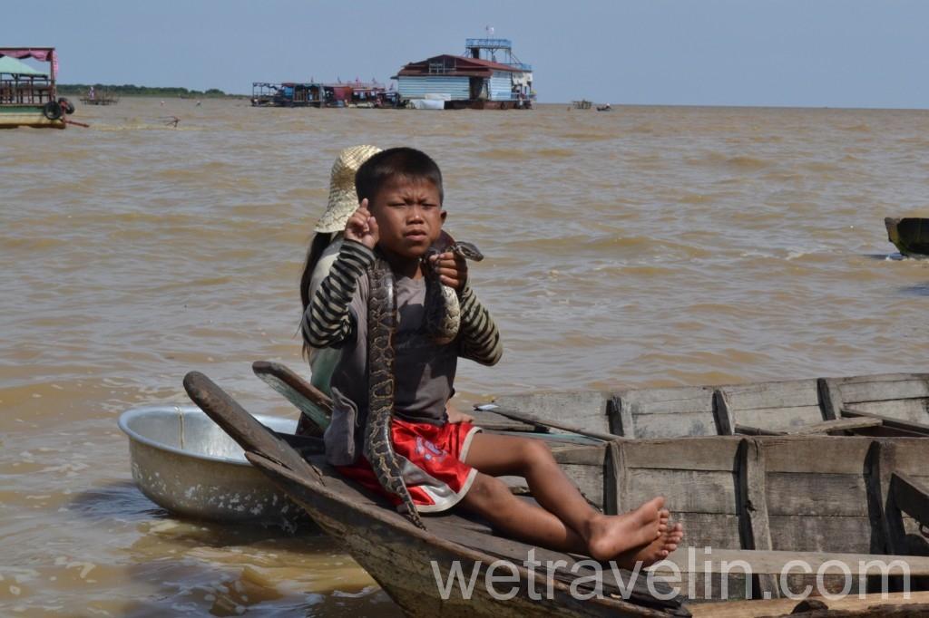 мальчишка на озере тонлесап