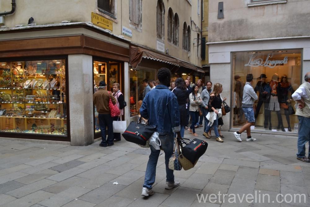 темнокожий продавец в венеции