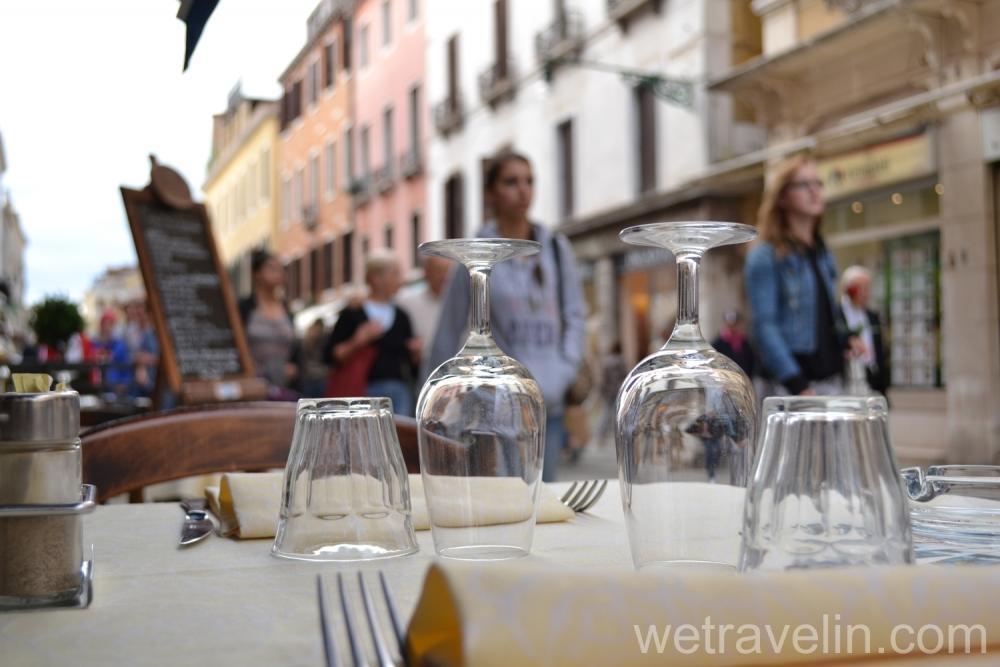 столик в кафе в венеции