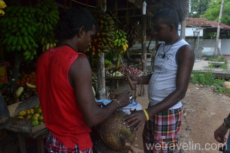 местные продают фрукты